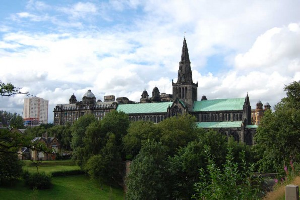 St. Mungos Cathedral, dahinter das Royal Infirmary